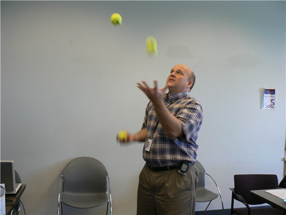 bruce-juggling